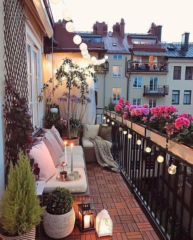 Un balcón con flores y plantas.