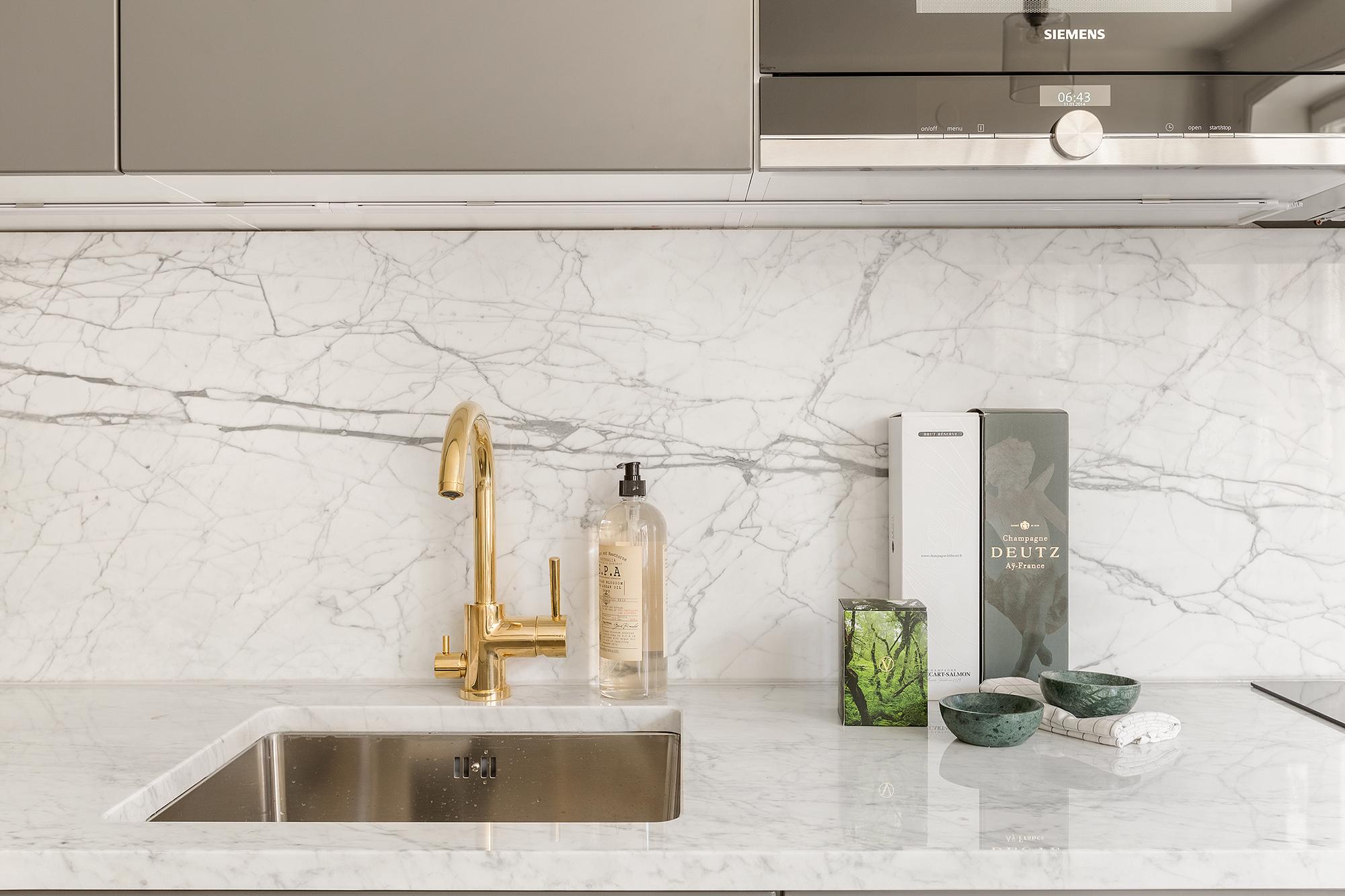 La luz de una cocina gris y el m rmol interiores chic for Color marmol carrara