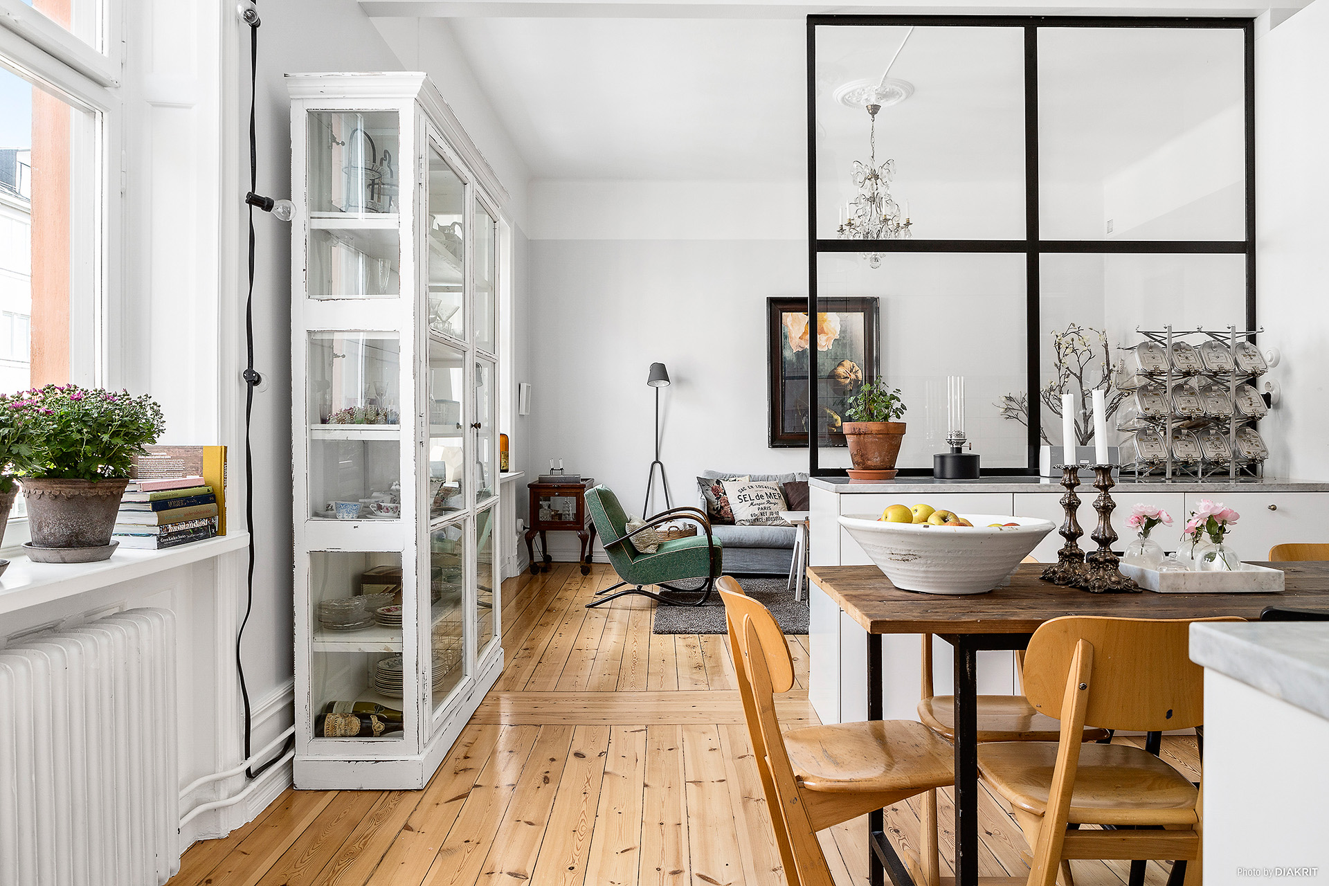 Incluir cristaleras para crear espacios interiores chic - Cocina salon separados cristal ...