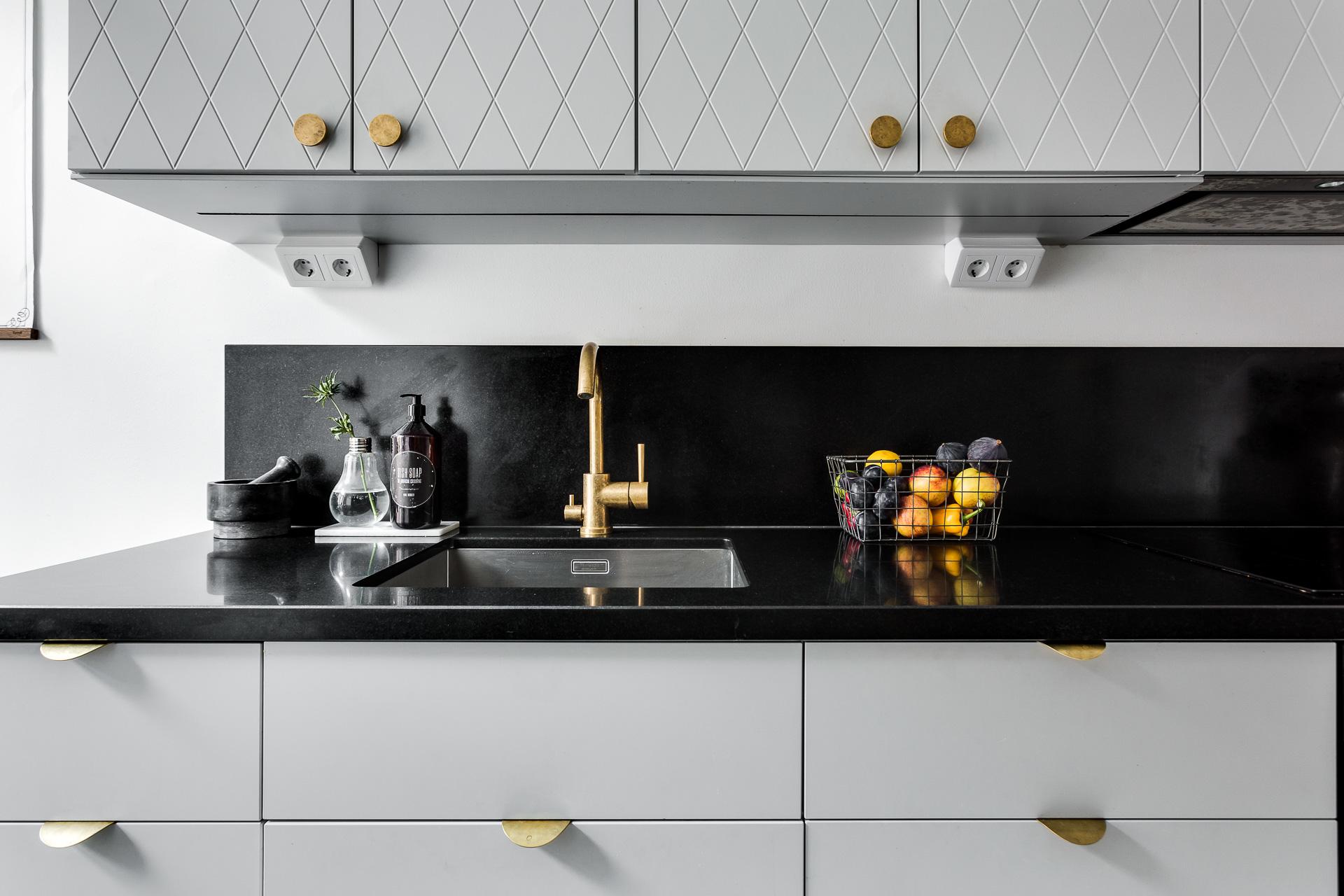Grifer a dorada y el glamour de una smeg interiores for Griferia dorada