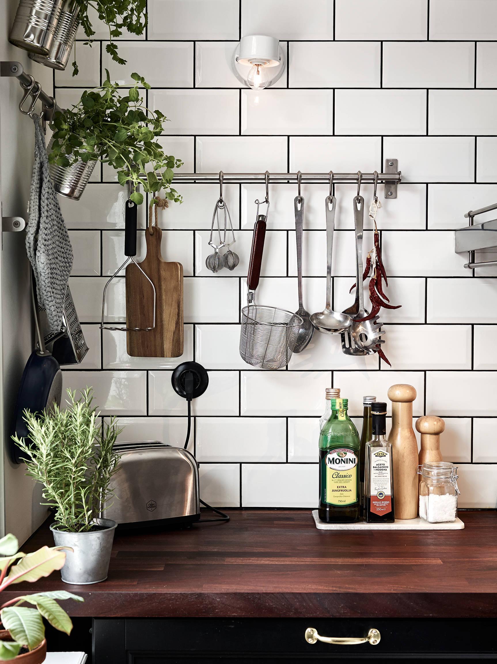 Una cocina n rdica country interiores chic blog de decoraci n n rdica - Piastrelle cucina nere ...